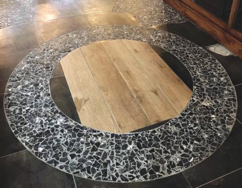 Šv. Jono bažnyčios šulinys. Archeologinis radinys pažymėtas dekoratyvine grindų danga.